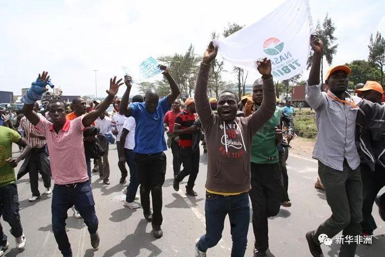 肯尼亚:奥廷加支持者与警方冲突 警方称5人因盗抢被乱石砸死
